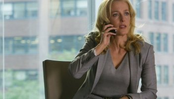 Crisis: Gillian Anderson in una scena dell'episodio If You Are Watching This I Am Dead