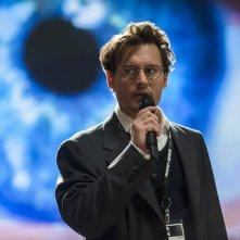Transcendence: Johnny Depp parla delle sue teorie in una scena del film