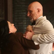 American Horror Story Asylum: Franka Potente e James Cromwell in I Am Anne Frank part 1