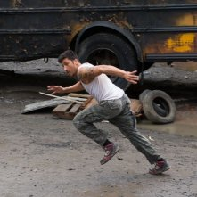 Brick Mansions: David Belle in fuga in una scena d'azione del film