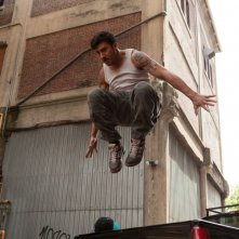 Brick Mansions: David Belle in una scena d'azione del film