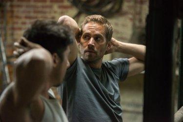 Brick Mansions: Paul Walker sotto minaccia in una scena del film