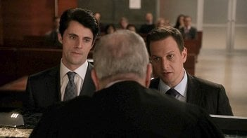 The Good Wife: Matthew Goode e Josh Charles nell'episodio Dramatics, Your Honor