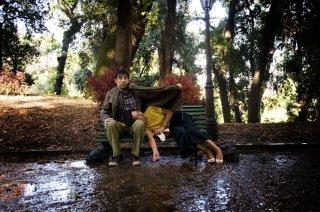 Ti ricordi di me?: Edoardo Leo sotto la pioggia con Ambra Angiolini in una scena del film
