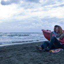 Ti sposo ma non troppo: Gabriele Pignotta in una scena in riva al mare con Vanessa Incontrada