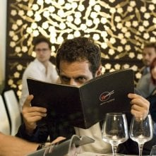 Ti sposo ma non troppo: Gabriele Pignotta si nasconde dietro al menù in una scena