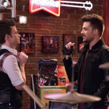 Glee: Chris Colfer e Adam Lambert in una scena dell'episodio New New York