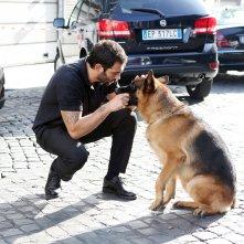 Rex 7: Francesco Arca con Rex in una foto di scena della serie
