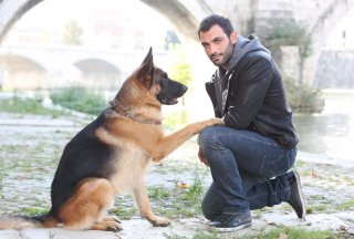 Rex 7: Francesco Arca con Rex in una foto promozionale della serie