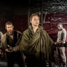 Tom Hiddleston in scena con Coriolanus