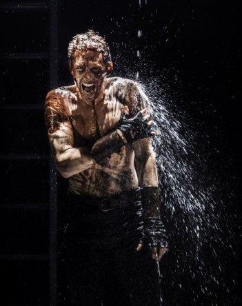 Tom Hiddleston in una delle più significative scene di Coriolanus