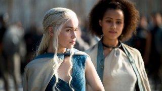 Il trono di spade: Emilia Clarke e Nathalie Emmanuel nell'episodio Breaker of Chains