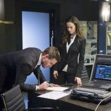 Arrow: Stephen Amell insieme a Summer Glau in un momento dell'episodio Deathstroke