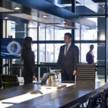 Arrow: Stephen Amell insieme a Summer Glau in una scena dell'episodio Deathstroke