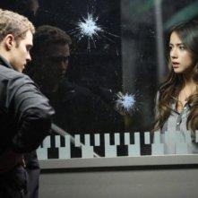 Agents of S.H.I.E.L.D.: Chloe Bennet e Iain De Caestecker nell'episodio Turn, Turn, Turn