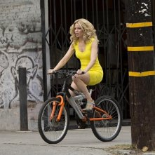 Walk of Shame: Elizabeth Banks in bicicletta