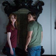 Oculus: Brenton Thwaites e Karen Gillan in una scena dell'horror