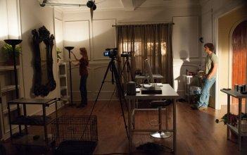Oculus: Brenton Thwaites e Karen Gillan posizionano le telecamere in una scena del film