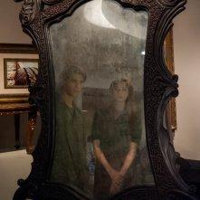 Oculus: Brenton Thwaites insieme a Karen Gillan riflessi nello specchio in una scena del film