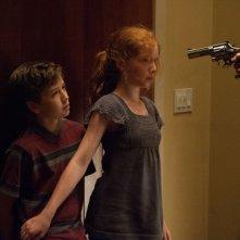 Oculus: Garrett Ryan insieme a Annalise Basso minacciati in una drammatica scena del film