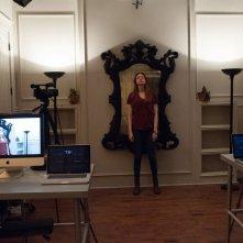 Oculus: Karen Gillan in una scena fa un esperimento con lo specchio stregato