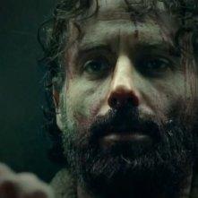 The Walking Dead: un drammatico primo piano di Andrew Lincoln nell'episodio A