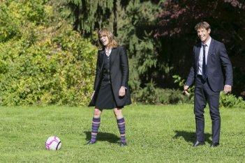 Un matrimonio da favola: Stefania Rocca gioca a pallone con Giorgio Pasotti in una scena