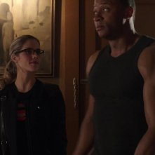 Arrow: Emily Bett Rickards e David Ramsey in una scena dell'episodio Doppio gioco