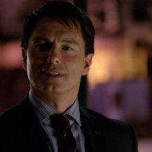 Arrow: John Barrowman in una scena dell'episodio Doppio gioco, della prima stagione