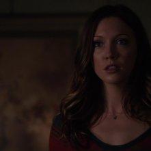 Arrow: Katie Cassidy in una scena dell'episodio Bruciato