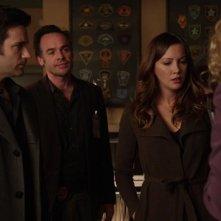 Arrow: Katie Cassidy, Paul Bkackthorne e Colin Donnell nell'episodio Intrusione, della prima stagione