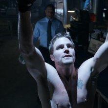Arrow: Stephen Amell con David Ramsey nell'episodio Vendetta
