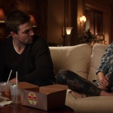 Arrow: Stephen Amell e Willa Holland in una scena dell'episodio Bruciato
