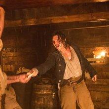 Black Sails: Luke Arnold nell'ottavo episodio della prima stagione