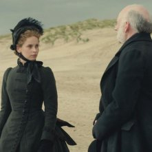 Felicity Jones in una scena di The Invisible Woman con John Kavanagh