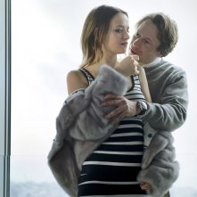 L'amour est un crime parfait: Mathieu Amalric abbraccia Sara Forestier in una scena del film