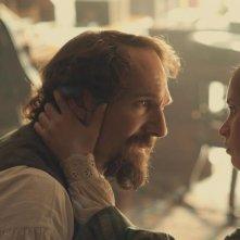 Ralph Fiennes in una scena di The Invisible Woman con Felicity Jones