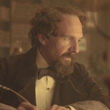 Ralph Fiennes è Charles Dickens in una scena di The Invisible Woman