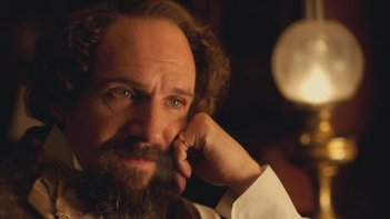 Ralph Fiennes nei panni di Charles Dickens in The Invisible Woman