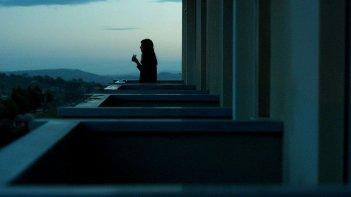 War Story: Catherine Keener si gode il tramonto siciliano in una scena del film