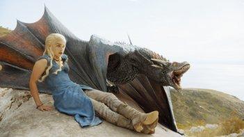 Il trono di spade: Emilia Clarke in un'immagine dell'episodio Two Swords