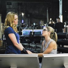 Arrow: Emily Bett Rickards e Caity Lotz nell'episodio The Man Under the Hood