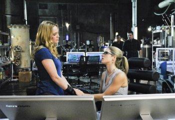 Arrow: Emily Bett Rickards e Caity Lotz nell'episodio The Man Under the Hood
