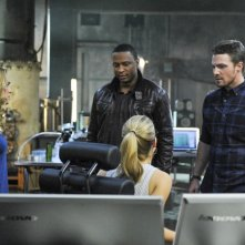 Arrow: Stephen Amell, David Ramsey, Emily Bett Rickards, Caity Lotz nell'episodio The Man Under the Hood