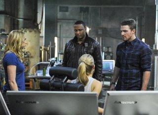 Arrow: Stephen Amell, David Ramsey, Emily Bett Rickards, Caity Lotz nell'episodio The Man Under the Hood