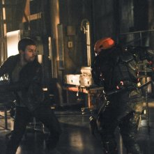 Arrow: Stephen Amell in una scena d'azione dell'episodio The Man Under the Hood