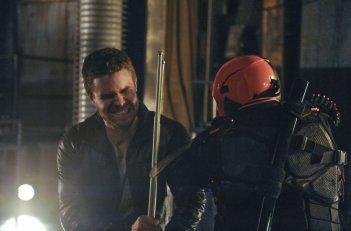 Arrow: Stephen Amell in una scena dell'episodio The Man Under the Hood