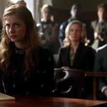 Arrow: Willa Holland, Susanna Thompson e Stephen Amell nell'episodio Vertigine