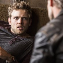 Bates Motel: Max Thieriot e Michael Eklund in una scena dell'episodio The Escape Artist