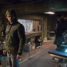 Hannibal: Hugh Dancy insieme a Laurence Fishburne in una scena dell'episodio Yakimono, della seconda stagione